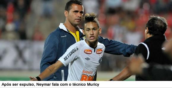 Neymar sai de campo após ser expulso