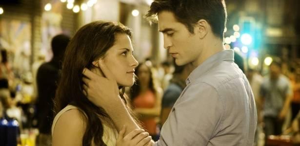 Bella (Kristen Stewart) e Edward (Robert Pattinson) em cena de Amanhecer - Parte I