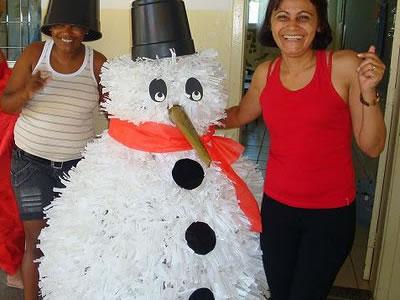 Boneco de Neve feito com copos descartáveis