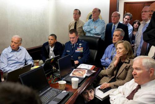 Daniel, escondido embaixo da mesa, não queria assistir a ação dos militares americano em busca de Osama Bin Laden