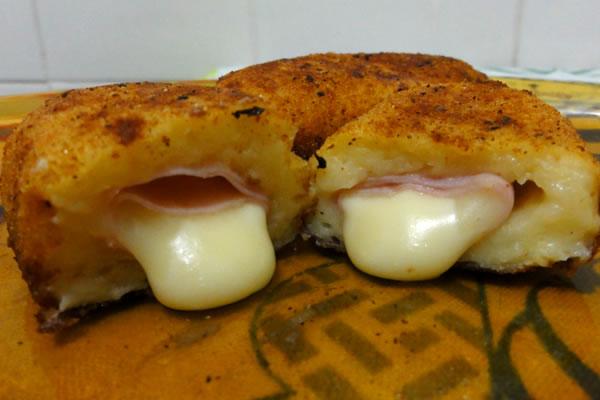 Bolinho de batata com presunto e queijo