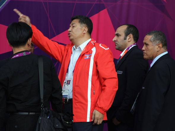 Representante norte-coreano fica indignado com o erro dos organizadores