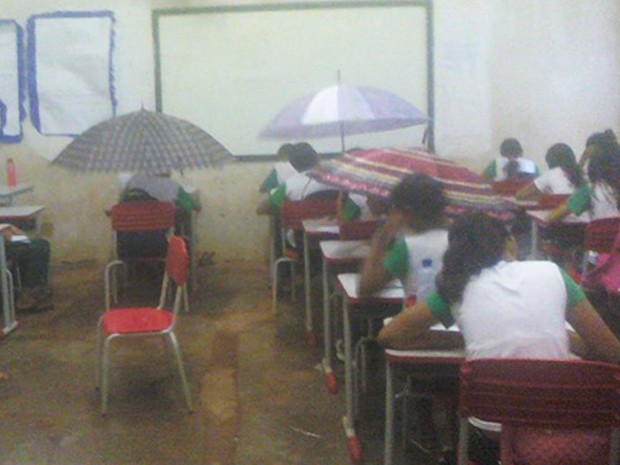 Professora demitida por foto de sala de aula alagada