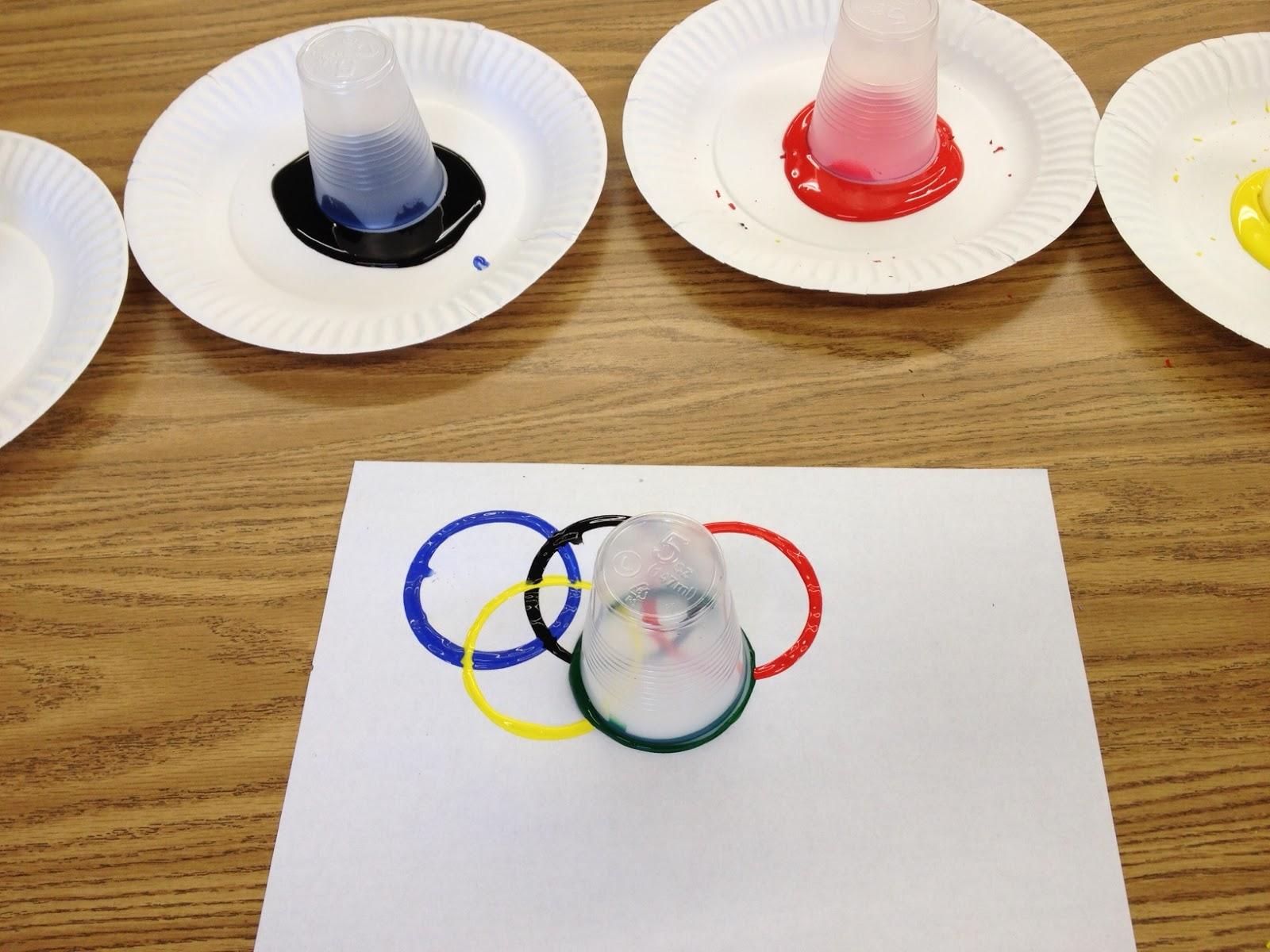 Anéis Olímpicos com tinta guache e copinhos